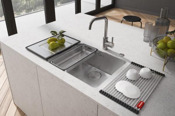 Moderni sudoperi i slavine u kuhinji