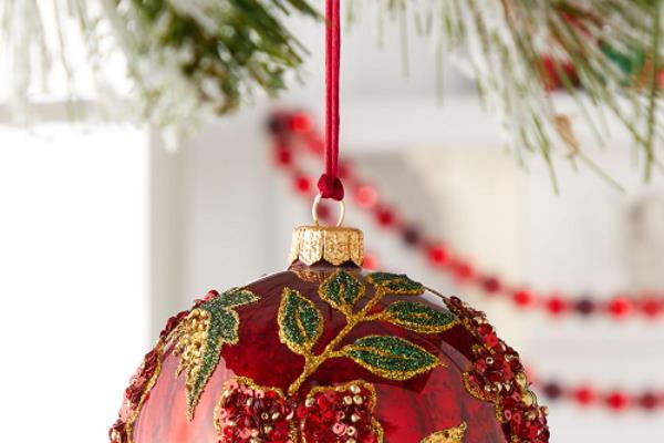 Božićno dekoriranje crvenom bojom
